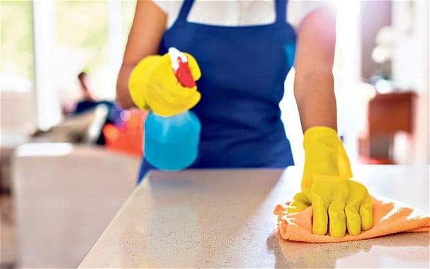 Khi lau dọn, vệ sinh nhà cửa hãy sử dụng các chất tẩy rửa để phòng chống dịch bệnh Corona