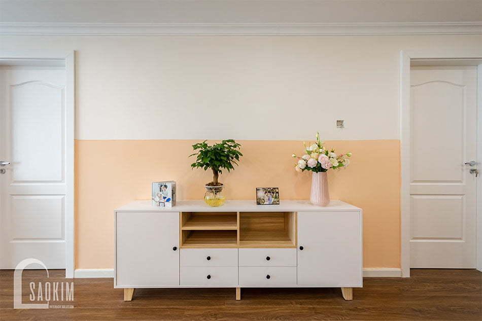 Thiết kế căn hộ Sunshine Garden bố trí tủ console xinh xắn đặt cạnh bức tường trống ở đối diện bếp