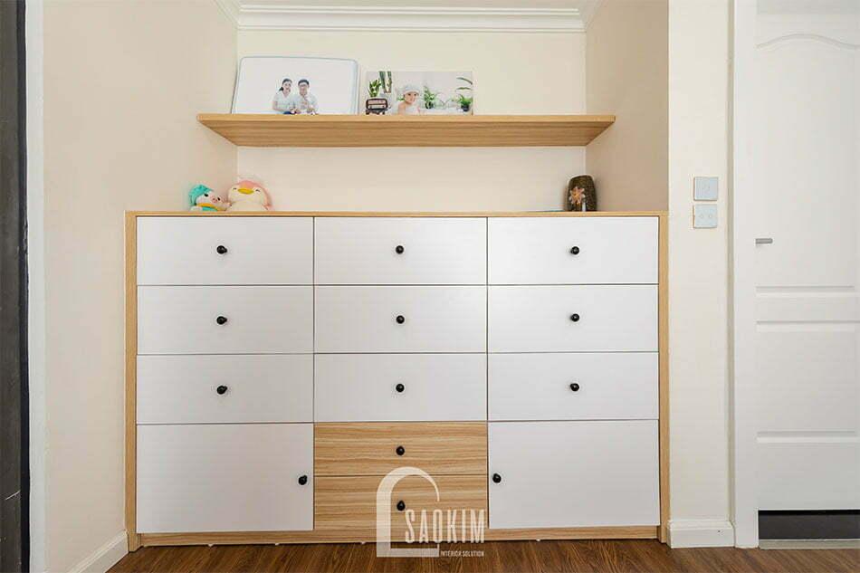 Chiếc tủ nhỏ tiện lợi, đẹp mắt trong phòng ngủ master