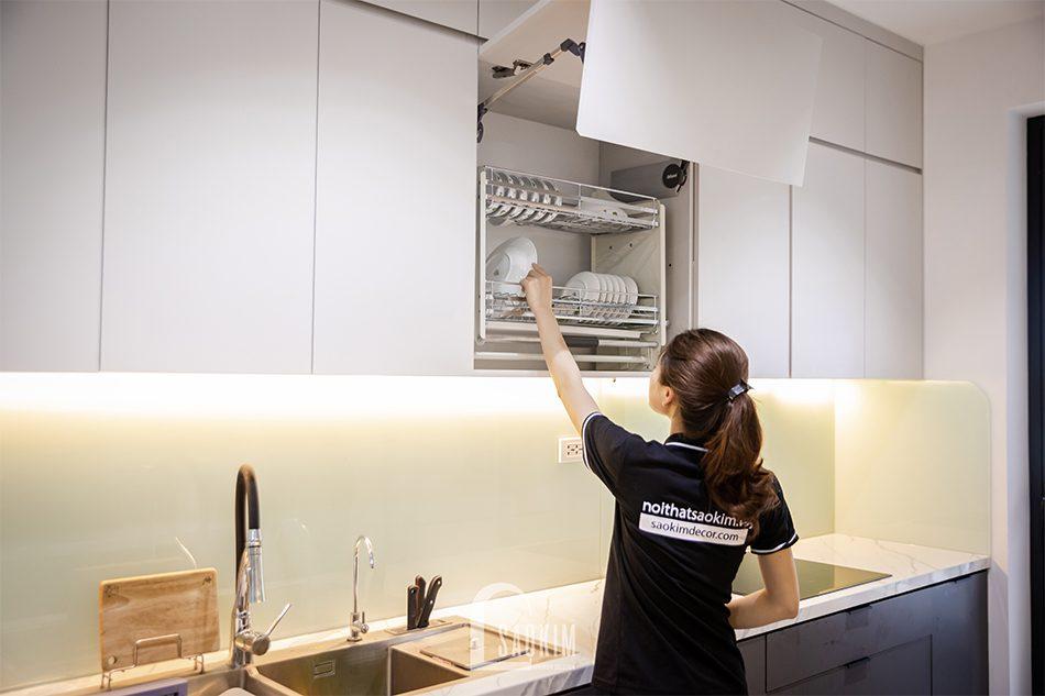 Thiết kế thi công phòng bếp chung cư theo phòng cách hiện đại cùng phụ kiện bếp thông minh